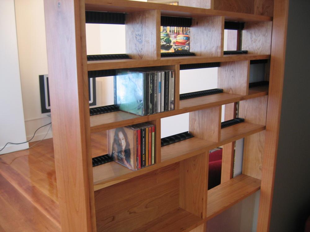 detail vakverdeling, met zwarte kunststof lijstjes als cd-houders