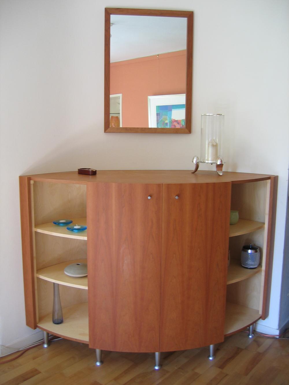 tv-meubel met halfronde schuifdeurtjes en twee open vakken, bijpassende spiegel