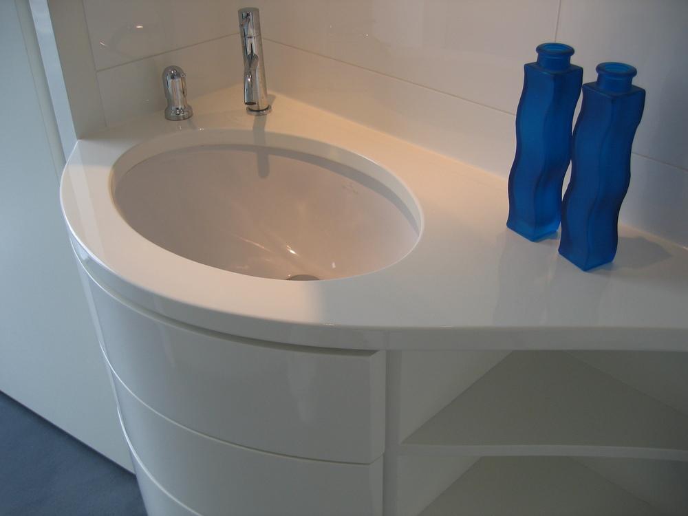 w  c-meubel, in organische vorm, van hoogglans wit gespoten mdf