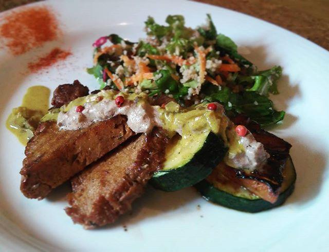 Bom dia alegria!  Hoje a nossa proposta é um Seitan grelhado com courgette e ananás acompanhado com salada de couscous.  Venham e experimentam esta delícia! :) #vegan  #cordetangerina #guimaraes