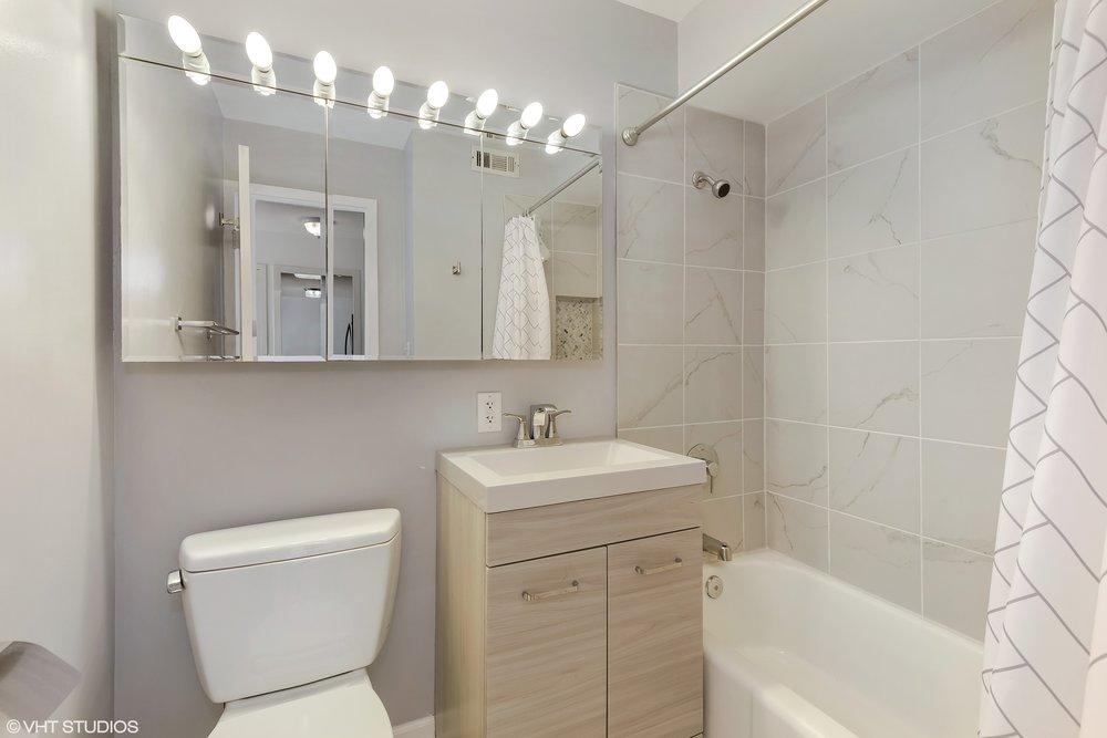 15_3440NLakeShoreDr_7E_8_Bathroom_HiRes.jpg