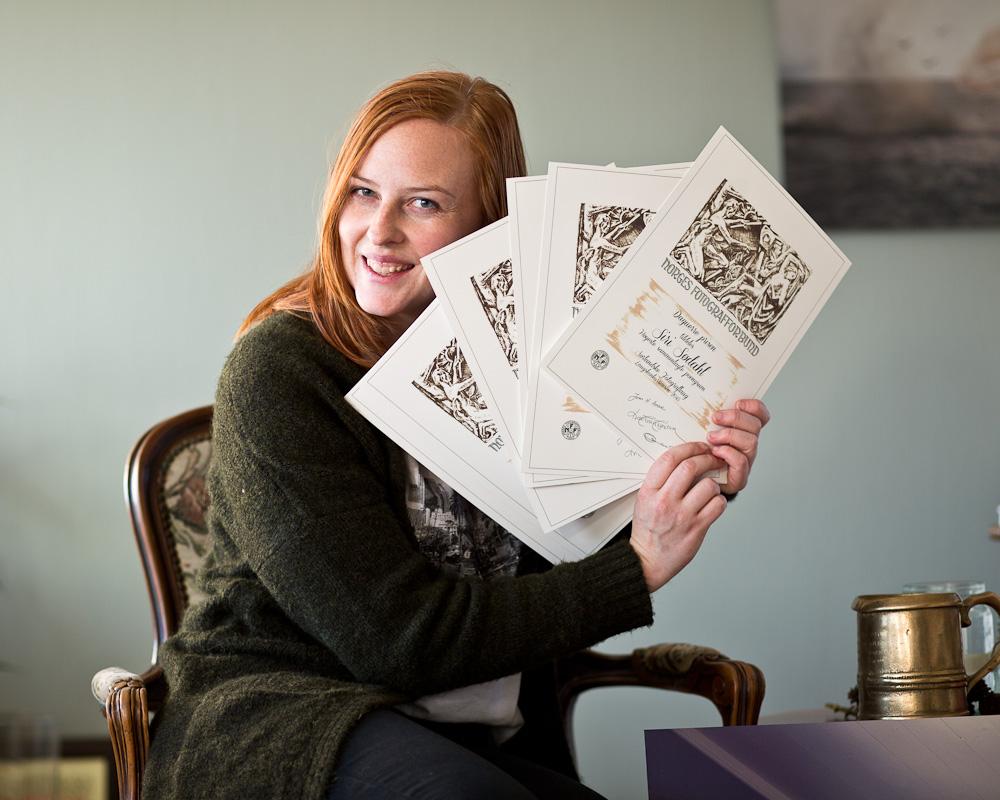 Siri Sødahl holder diplom for sørlandets laugskonkurranse
