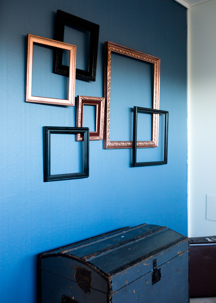 tomme rammer som kunst på veggen