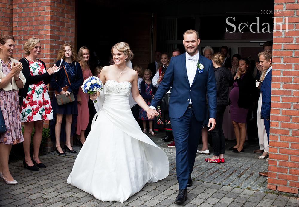 Ingrid og Johan på vei ut av kirka