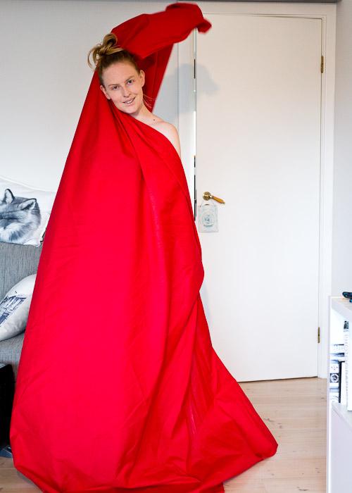 Rødt stykke stoff til kjole