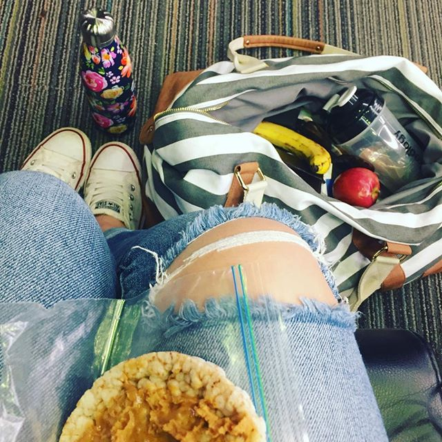 When you realize you're going to gain 3 hours today, and the first thing you wonder is which meal you'll eat twice. Which one would you chose? #breakfastobviously #healthytravel #airportfood