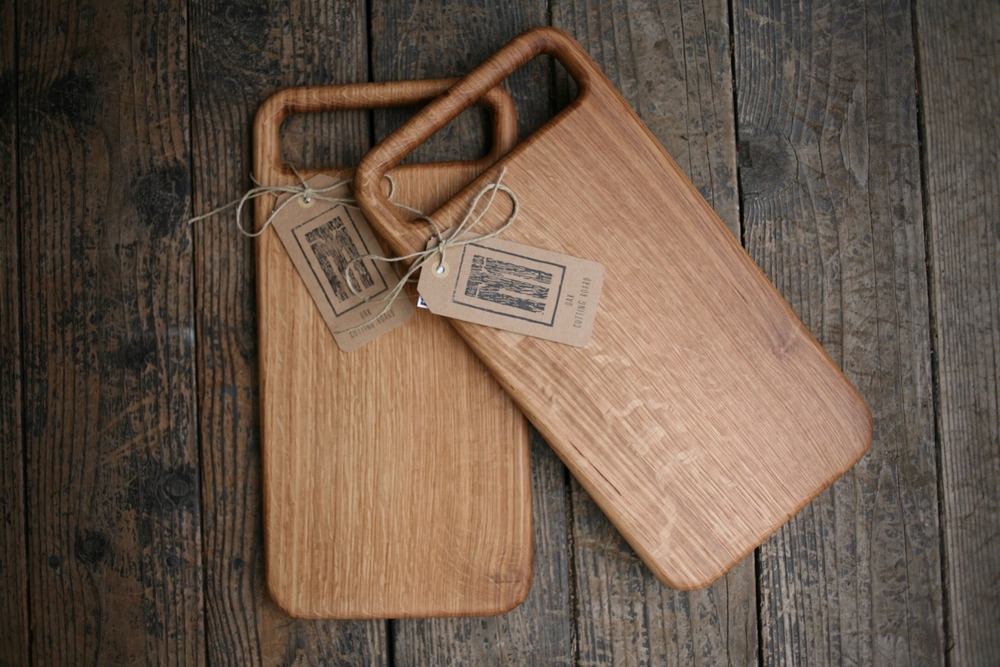 Oak cutting board with rounded handle.