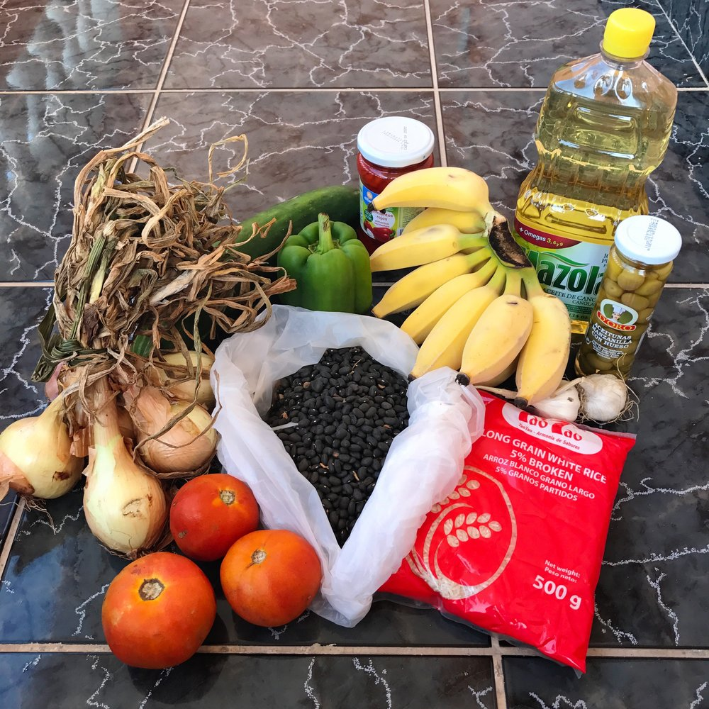 Here's a pic of my first grocery haul in Guanabo: onions, cucumber, green pepper, tomatoes, black beans, bananas, roasted red peppers, rice, olives, oil and garlic