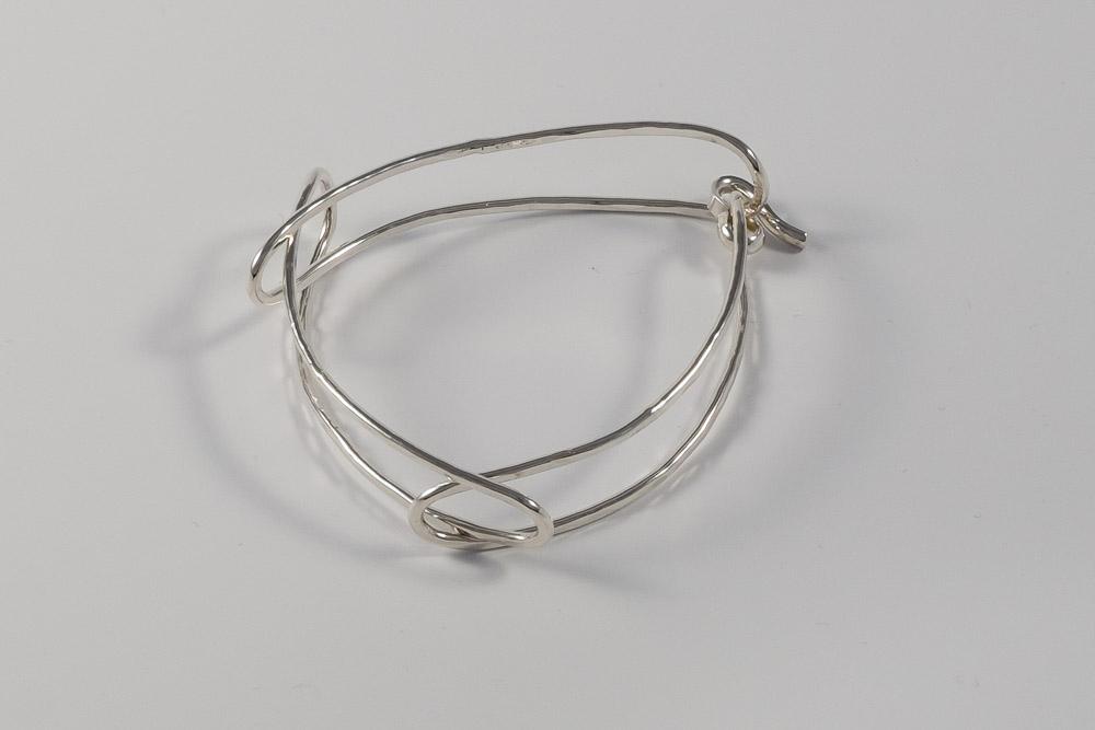 Kr. 1450. Armbånd i sølv med 3 ringe