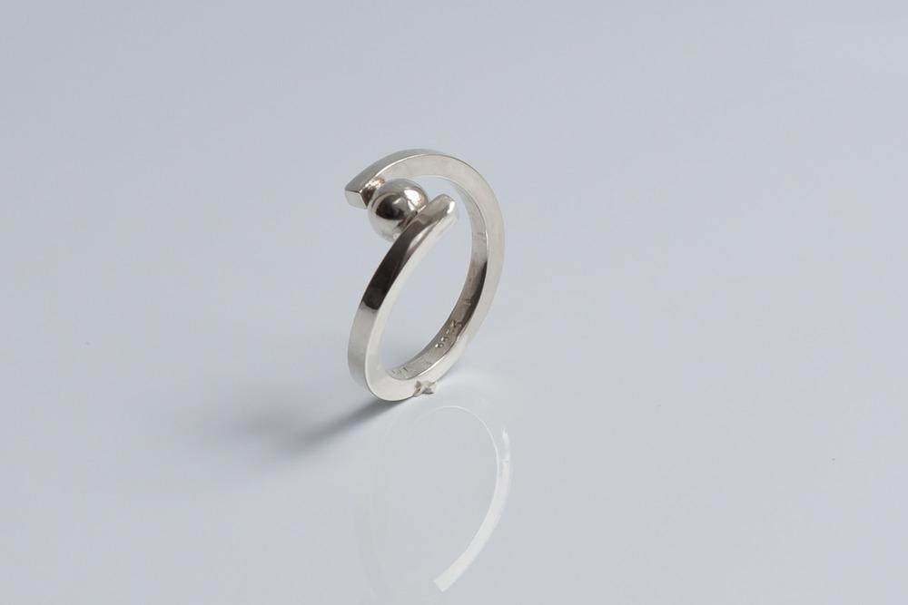 Pris dkk 650. Ring med sølvkugle i firkantet tråd