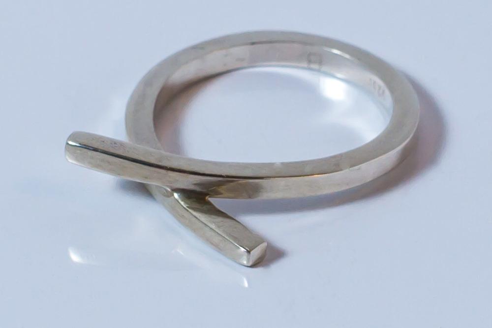 Pris dkk 850. Ring i firkantet tråd med kryds