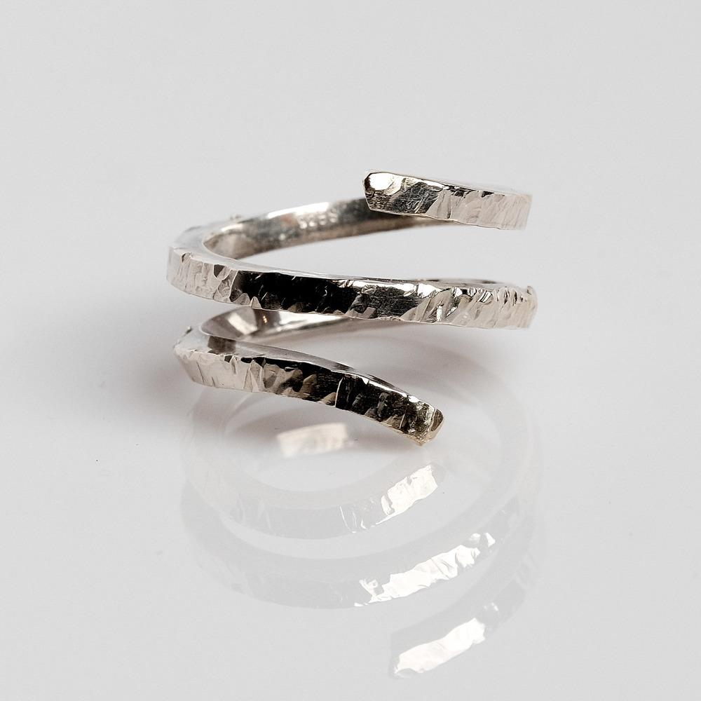 Pris: 850. Snoet hammerslået sølvring