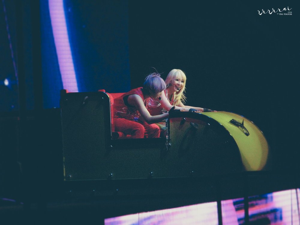 CL & Minzy on a rollercoaster thingamajic. Gotta love their stage set-up & props, man. They even had this massive bouncy castle on stage at one point of time! These people really do know how to have fun while working, aye?