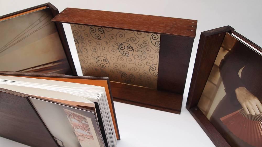 Holzbox geöffnet und aufgestellt