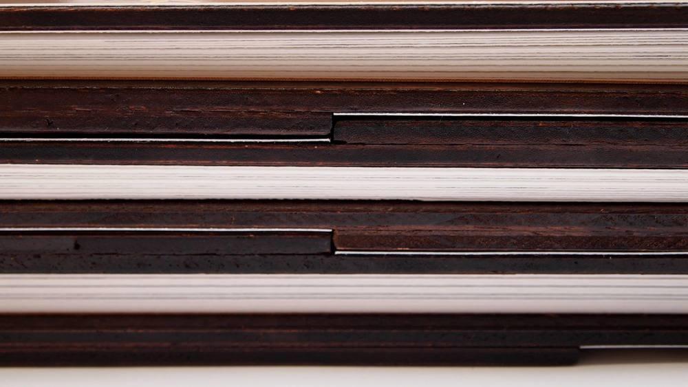 Leporellos mit ihrer Holzteilkonstruktion passend übereinander gelegt