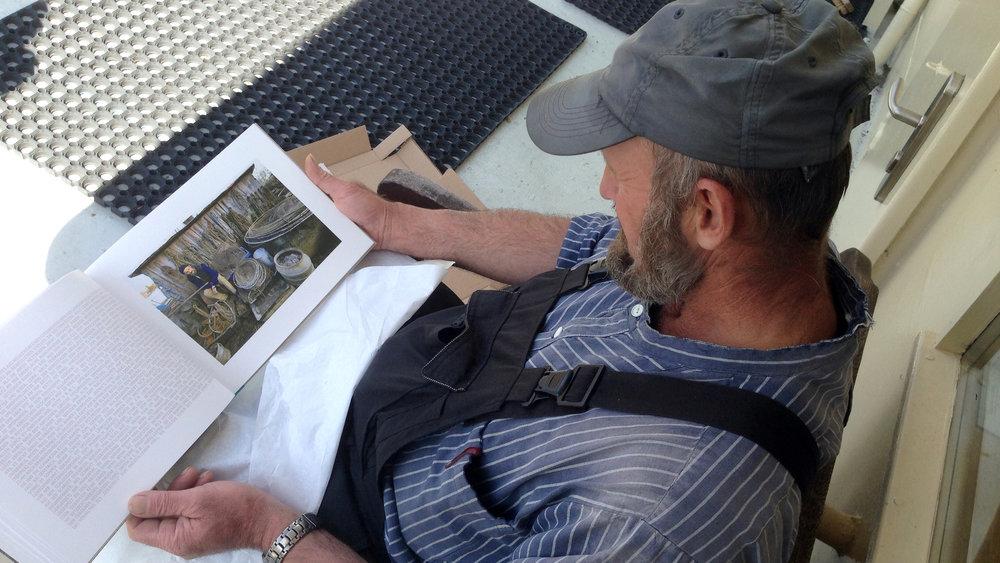Der Fischer mit seinem Buch … auf dem Schiff