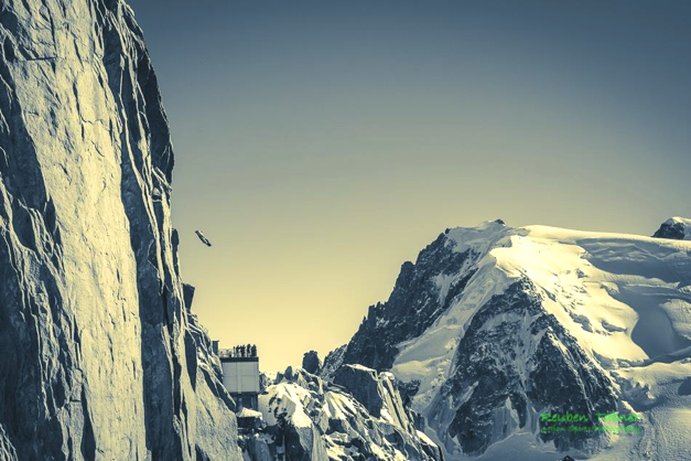 Base Jumper flies off Aiguille Du Midi, Chamonix