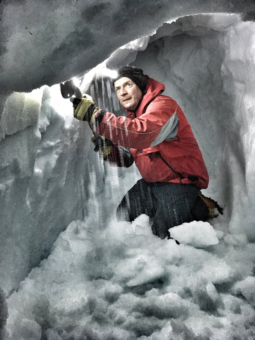 building a snow cave, scotland, cairngorms sophie radcliffe  adventure