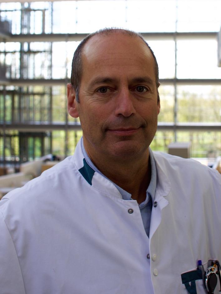 Prof. Dr.I.A.M.J. Broeders - Ivo Broeders heeft zich gespecialiseerd in de minimaal-invasieve chirurgie. Hij heeft in augustus 2000 robotchirurgie geïntroduceerd in Nederland en heeft uitgebreide klinische en onderzoekervaring. Bijzondere aandachtsgebieden zijn de behandeling van complexe middenrifbreuken en refluxziekte.Naast zijn werkzaamheden in de kliniek is hij hoogleraar bij de Universiteit Twente waar hij onder andere onderwijs geeft aan technische geneeskundestudenten en onderzoek verricht naar minimaal-invasieve chirurgie en robotica als onderdeel van de Robotica en Mechatronica groep (RAM).