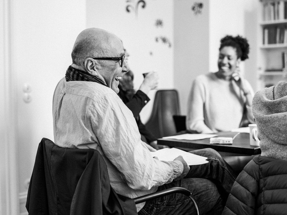 DURCH—EIN—ANDER—SEIN - Angeleitet von einem ausgebildeten Shared Reading-Facilitatorlesen wir Geschichten und Gedichte und lassen die literarische Sprache auf uns wirken. Niemand muss vorlesen oder etwas sagen, wenn er noch nicht so weit ist - als erstes schaffen wir einen sicheren und behaglichen Ort, an dem man sich zuhause fühlen kann.Die Teilnehmer reagieren spontan, sprechen über Ihre Gedanken und Lesarten, tauschen sich aus. In einer Atmosphäre unangestrengter Offenheit entsteht so kreatives Lesen eines vorher unbekannten Textes.