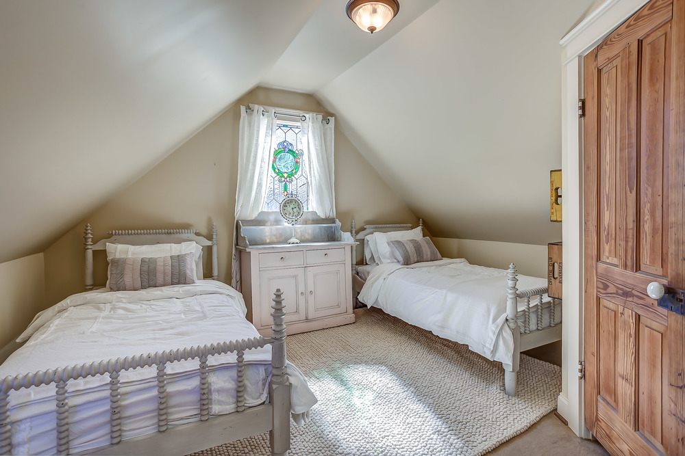 Two twin beds are perfect for children on your family vacation to Franklin, TN | Pot N' Kettle Cottages