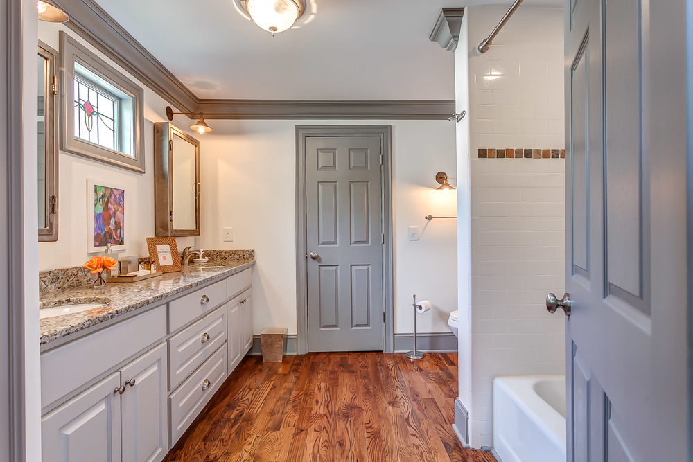 The spacious master bathroom at the Pickers Cottage | Pot N' Kettle Cottages