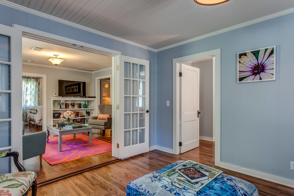 The library at the Coda Cottage in the village of Leiper's Fork in Franklin Tennessee | Pot N' Kettle Cottages