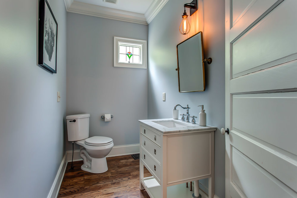 The bathroom at the Leiper's Fork Inn in Franklin TN | Pot N' Kettle Cottages