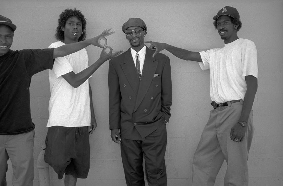 "specialnights :     1992.    In Venice and Los Angeles, two rival gangs from the Black community, the ""Bloods"" and the ""Crips"", agree to an inter treaty of peace. The initiator and god-father are Daude Sherril (center) with the ex-footballer and actor Jim Brown. On the left, a member of Bloods gang and on the right, a member of Crips gang."