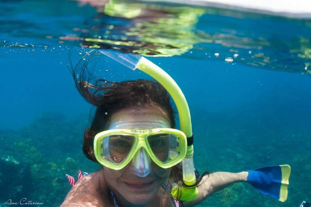 Eu, linda e charmosa, nas águas surreais da Praia do Sancho.
