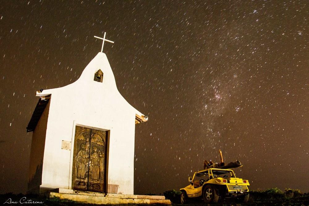 O ceú noronhense merece uma atenção especial! A Capelinha, próxima ao Porto, pra perder as contas do número de estrelas no céu. É verdade que dá verruga no dedo?