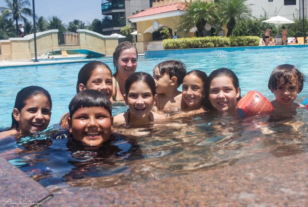 Criançada reunida pra se divertir na piscina.