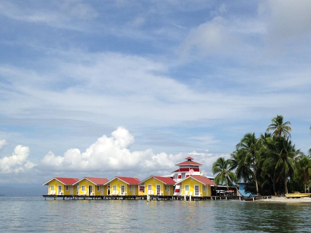 Chegando em Bocas del Toro, nos deparamos com um local mais ou menos assim. Casinhas flutuantes, tipo palafitas, feitas de tábuas de madeiras.
