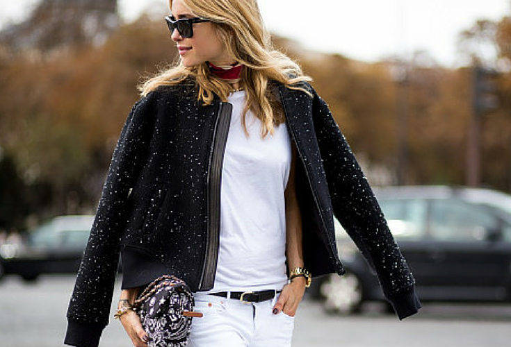 TOTAL WHITE LOOK WITH A BOMBER JACKET