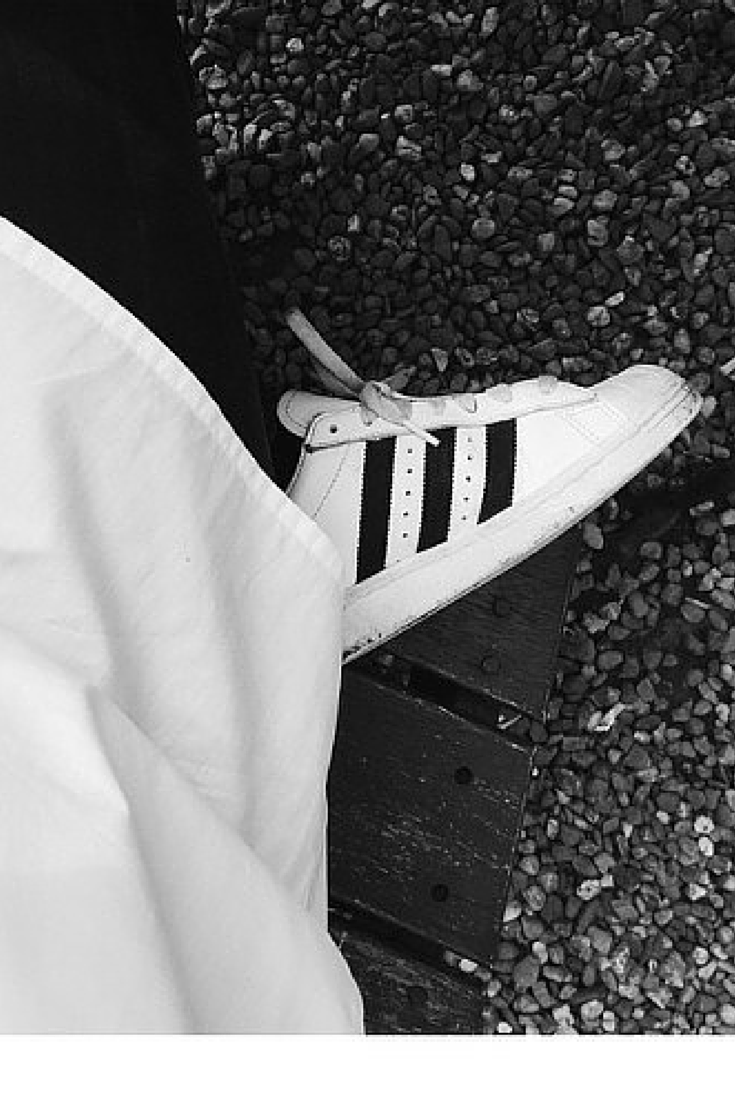 sneakers and pearls, adidas white sneakers, white crisp shirt, trending now, la cool et chic.png