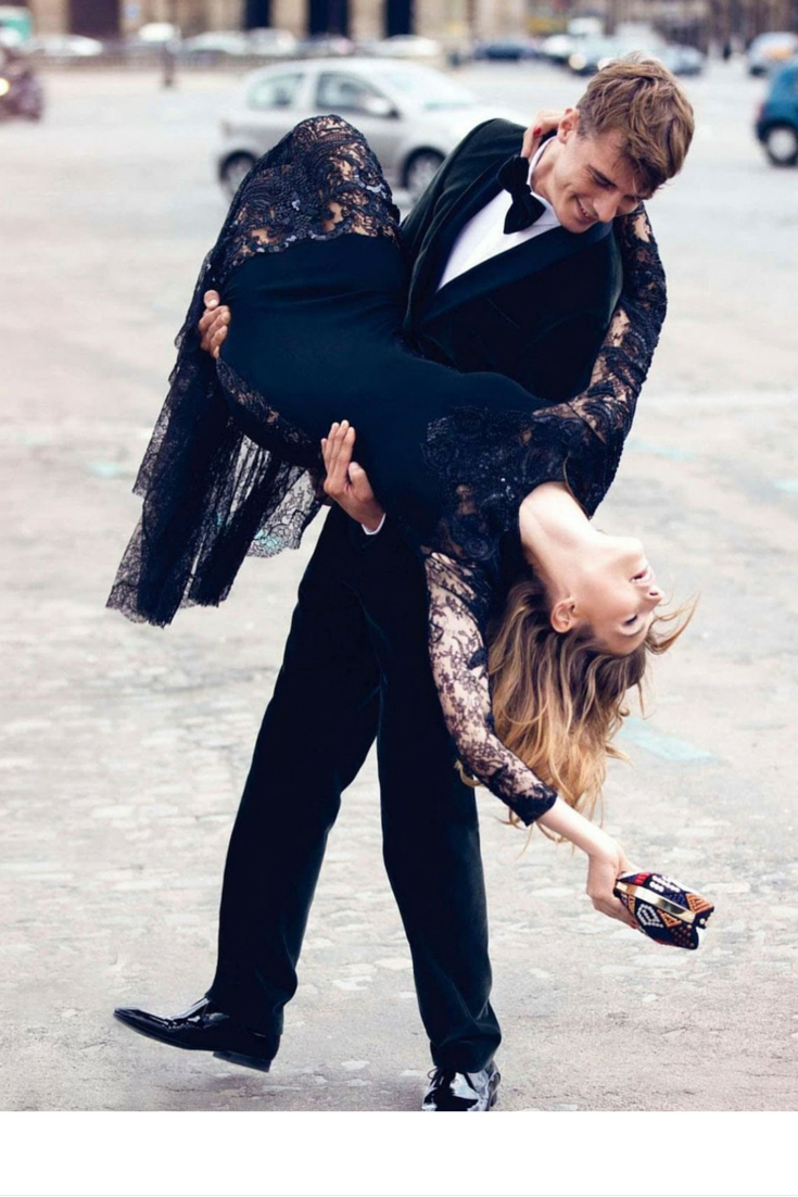 sneakers and pearls, street style, couples creating magic in the middle of the street, trending now, misszeit.png