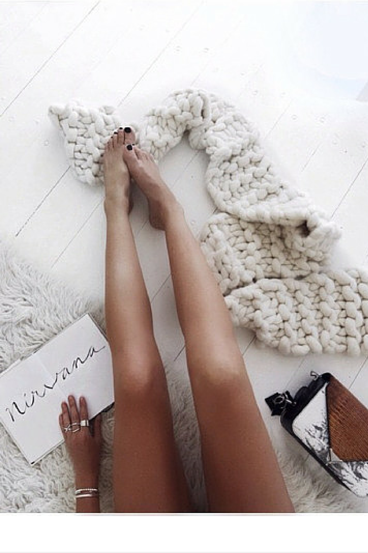 sneakers and pearls, white knitted scarf, lazy days, trending now, la cool et chic.png