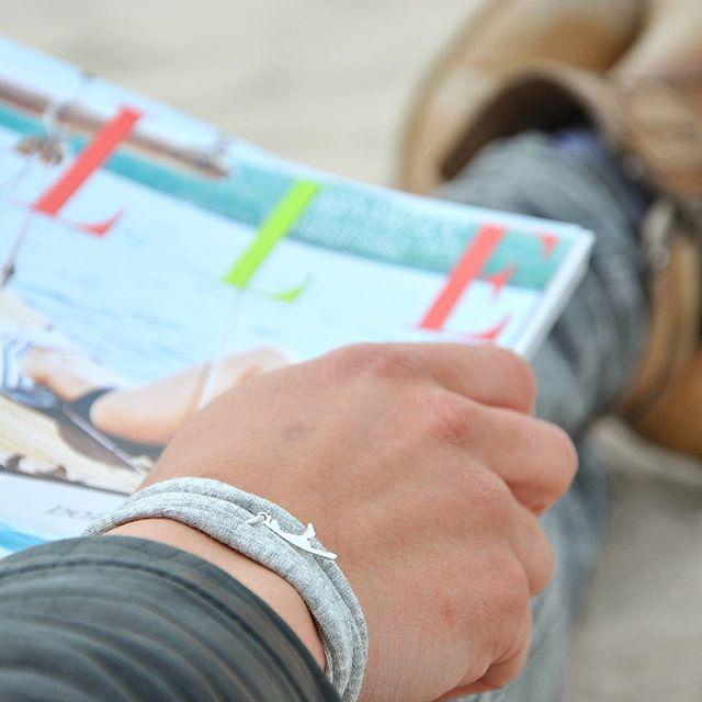 #dayatthebeach  Einfach mal den Tag am strand verbringen 💙 #Elle #beach #Strand #Sylt #ilwsylt #inlovewithsylt #inselliebe #buhne16  In love with Sylt Armband 💙 grau  Anhänger aus echtem 935er Silber. Armband aus elastischem Baumwollstoff. Handgemacht in Schleswig-Holstein.  Erhältlich im Online Shop www.syltiges.de  Erhältlich auf Sylt in der Tourismusinformation in Westerland oder im Lindner Hotel in Wenningstedt.  Preis: 24,95 €