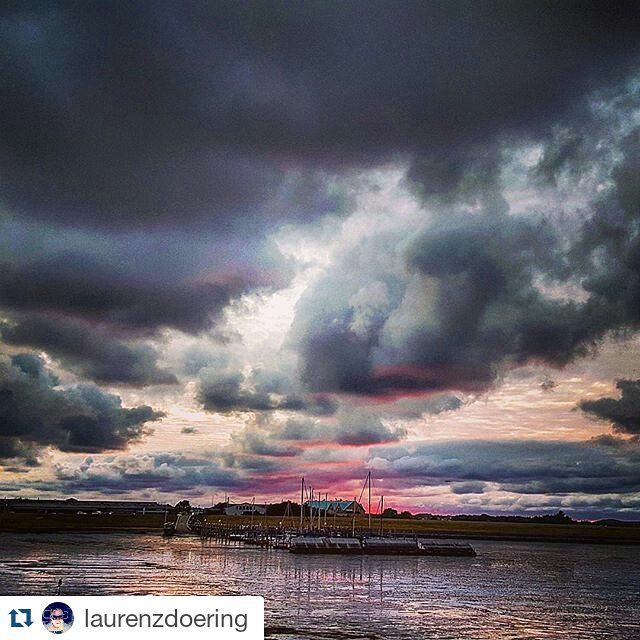 #Repost @laurenzdoering ・・・ #sylt #rantum #northsee #harbour #pier #hafen #steg #mole #ship #schiff #ebbe #sunset #clouds #sky #nordsee #travelgram #ilwsylt