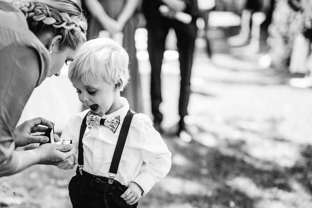 Wozu Reportage? - Sie ist das Holz, aus dem starke und ehrliche Bilder geschnitzt werden. Geschichten, Überraschungen, rührende und jede Menge ausgelassene Momente. Oft ziehen diese an so einem ereignisreichen Tag so schnell vorbei, dass ihr manches vielleicht gar nicht mitbekommt.Diese Augenblicke gilt es einzufangen und das den ganzen Tag über. Die Vorfreude und Aufregung der Braut, die Tränen des Bräutigams, wenn er seine Braut das erste Mal sieht (manchmal steht sogar der Fotograf heulend daneben und fotografiert weiter :) ), bis zur supercoolen und ins Detail ausgefeilten Überraschung der Trauzeugen am Abend. Dieser Tag ist wertvoll, wir sollten ihn festhalten...