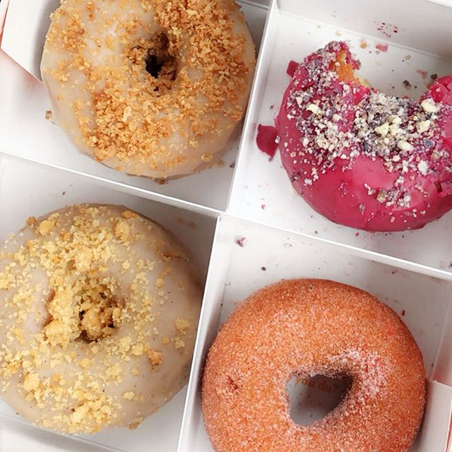 Oatmeal chai, coffee cake, blueberry, and Strawberry sugar @dus_donuts 🍩🔥 #dusdonut #dusdonuts #brooklyn #bklyn #newyork #nyc #williamvalehotel #williamvale #thewilliamvale #donut #donuts