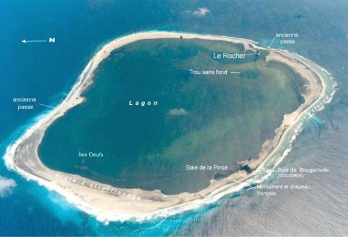L'île de Clipperton - Avec 12 km de circonférence et 1,7 km2 de terres émergées, l'île permet à la France d'être présente dans le Pacifique Nord avec des ressources non négligeables : poissons et cobalt. Elle est rattachée aux établissements français de l'Océanie pendant près de 70 ans jusqu'en 2007.Classée domaine public de l'Etat, Clipperton est administrée par le Gouvernement à Paris puis, par délégation, par le haut-commissaire de la République en Polynésie française.Actualités de l'île de Clipperton >
