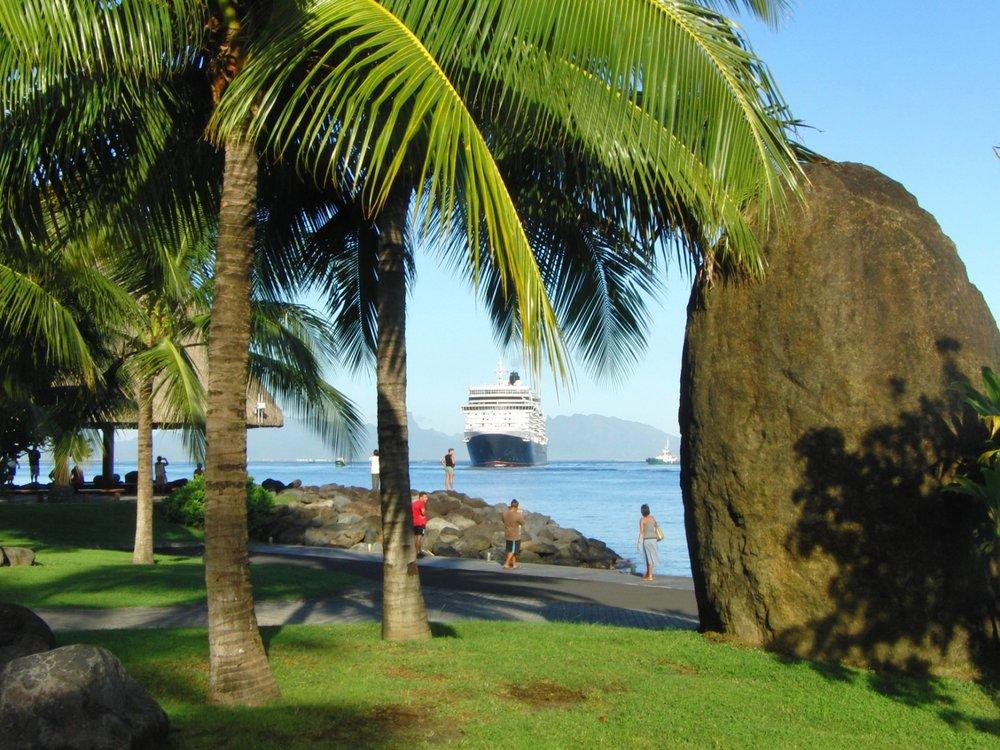 Le Queen Elisabeth entre dans la rade de Papeete - Photographe RJD / Association Tanumera Hoho'a