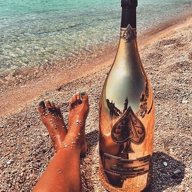That Friday feelin' 😎🍾 What are your weekend plans? KLEEK has you covered from London to Ibiza ☀️