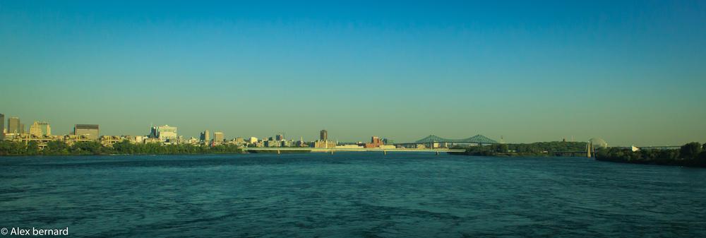 """Voici la vue de Montréal à bord d'un train qui traverse le pont Victoria. Facebook a beaucoup de difficulté avec les photos panoramiques, je suggère fortement de la regarder en mode """"plein écran"""" ou de cliquer sur le lien en dessous pour la voir en détail."""