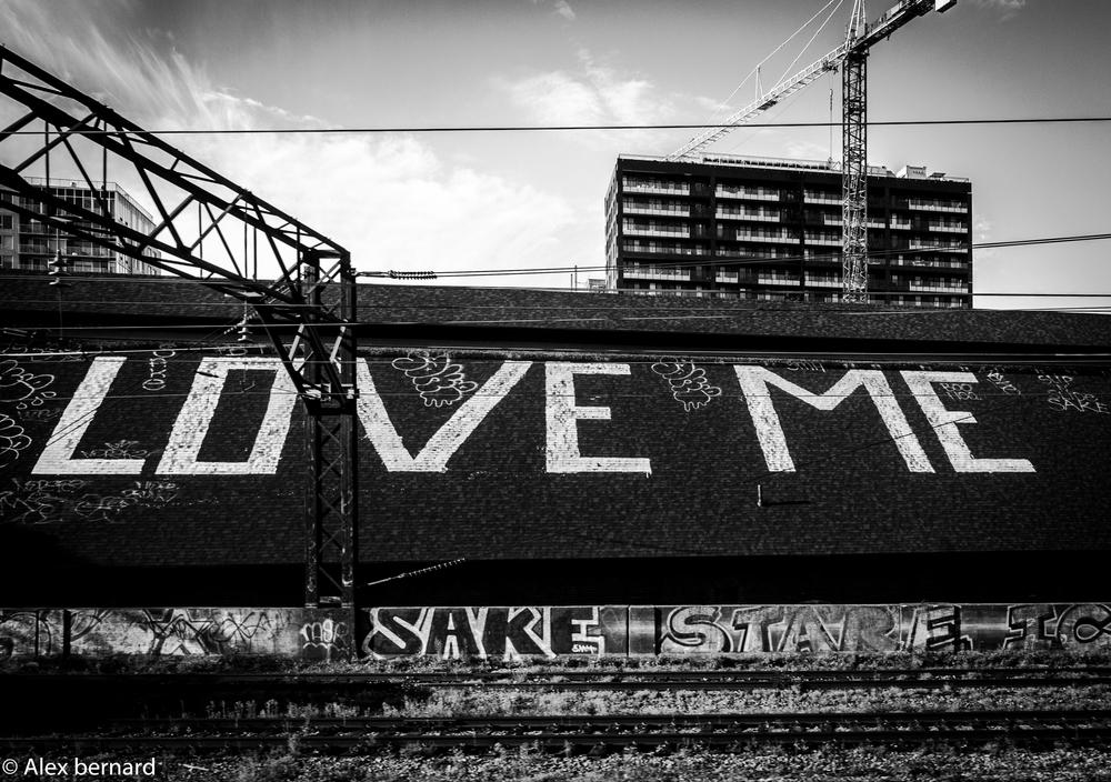 Il s'agit d'un toit en bordure du chemin de fer menant à la place Bonaventure. J'ai pris la photo à bord du train de banlieu. Toutes les personnes qui prennent le train commencent donc leur journée avec un message d'amour.