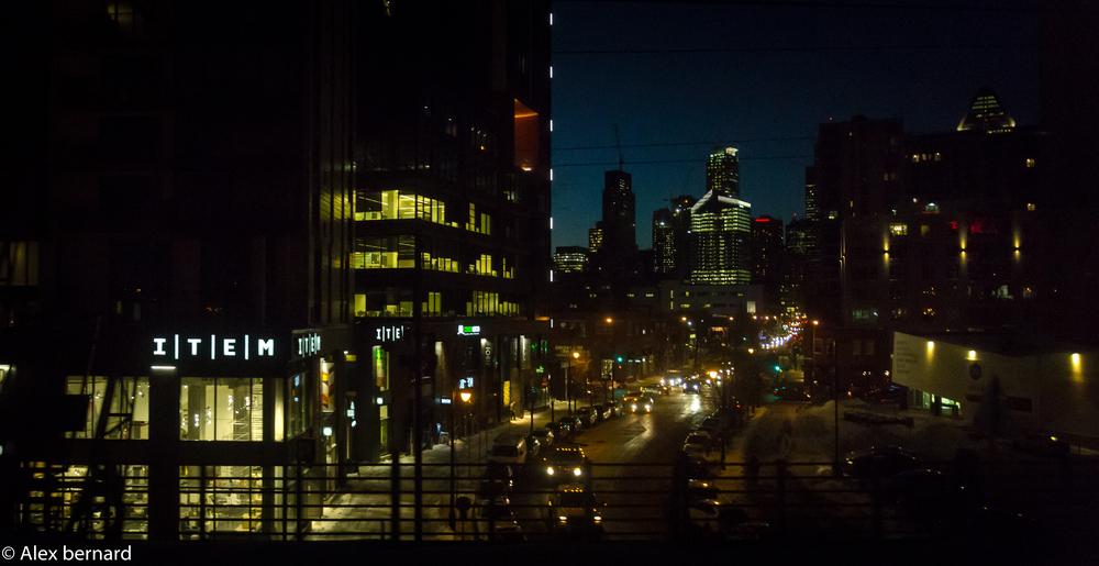 La rue Peel de Montréal une nuit d'hiver vue à partir du train de banlieue.