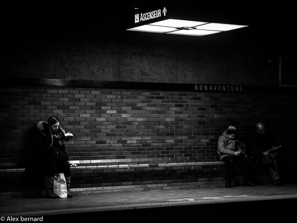 Cette photo a été prise un dimanche après-midi dans la toujours très inspirante station Bonaventure du métro de Montréal. J'ai trouvé intéressant que les gens se placent en périphérie de la lumière un peu comme si ces personnes voulaient profiter de l'éclairage sans être le centre d'attention.