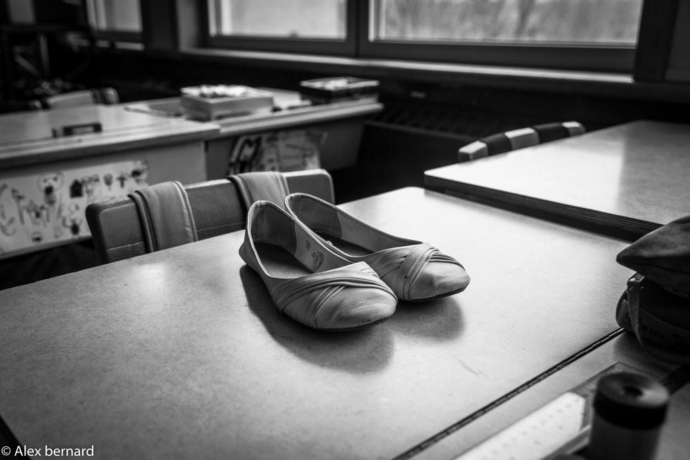 Je n'ai pas été très actif ces dernières semaines, le moins qu'on puisse dire c'est que j'ai été plutôt occupé avec mon premier stage. Je n'ai quand même pu résister de prendre quelques photos dans la classe alors que je mangeais seul dans la classe. Nous sommes très chanceux d'avoir un local avec beaucoup de fenêtres ce qui donne un éclairage particulier. Par mon titre vous savez désormais que je ne connais absolument rien au ballet, mais c'est ce que cette paire de chaussures a invoqué dans mon esprit quand j'ai aperçu la lumière du soleil qui l'éclairait.