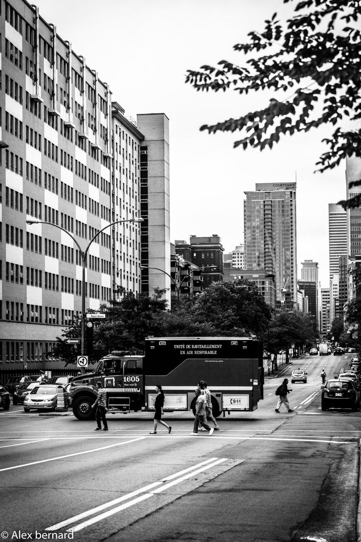"""J'ai vraiment été surpris la première fois que j'ai regardé cette photo en lisant sur le camion """"Unité de ravitaillement en #air #respirable. Sur le coup, je me suis dit que cette unité ne faisait pas très bien son travail. Cette journée-là, c'était le jour des poubelles et je peux vous dire que j'ai déjà respiré de l'air plus respirable. Après vérification sur internet, il s'agit d'un camion qui assure l'alimentation en air aux pompiers quand ils combattent un incendie. La photo a été prise près de l'intersection du boulevard René-Lévesques et de la rue Saint-Denis à #Montréal."""